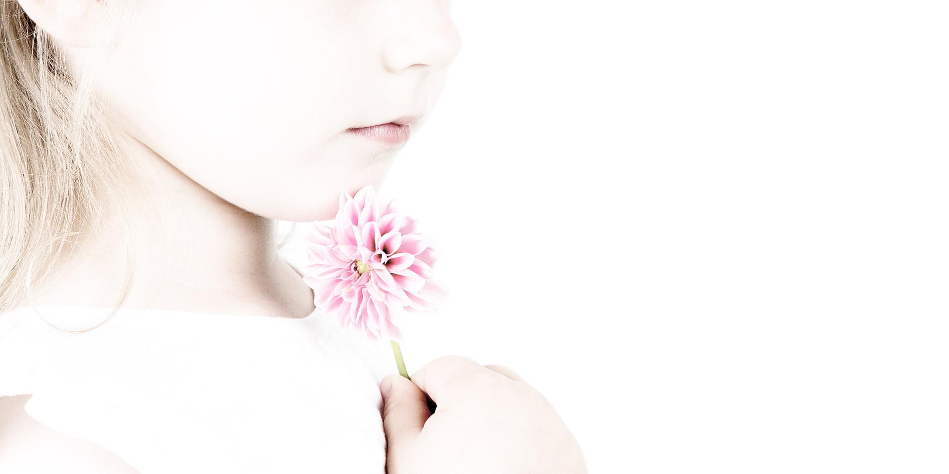 Pige med blomst