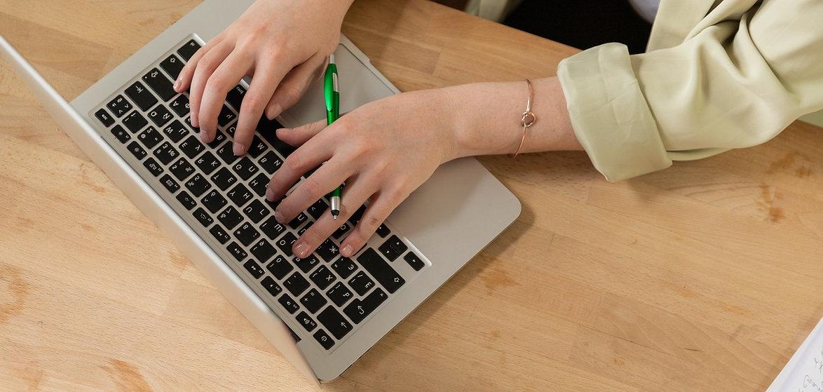 mujer-escribiendo-por-ordenador.jpg
