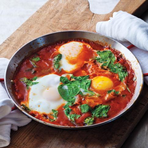 Huevos ahogados en salsa roja