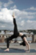 Chica haciendo yoga en una azotea