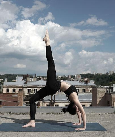Mädchen tun Yoga auf einem Dach im Yogaladen Offenbach & Frankfurt
