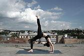Fille Faire du yoga sur le toit