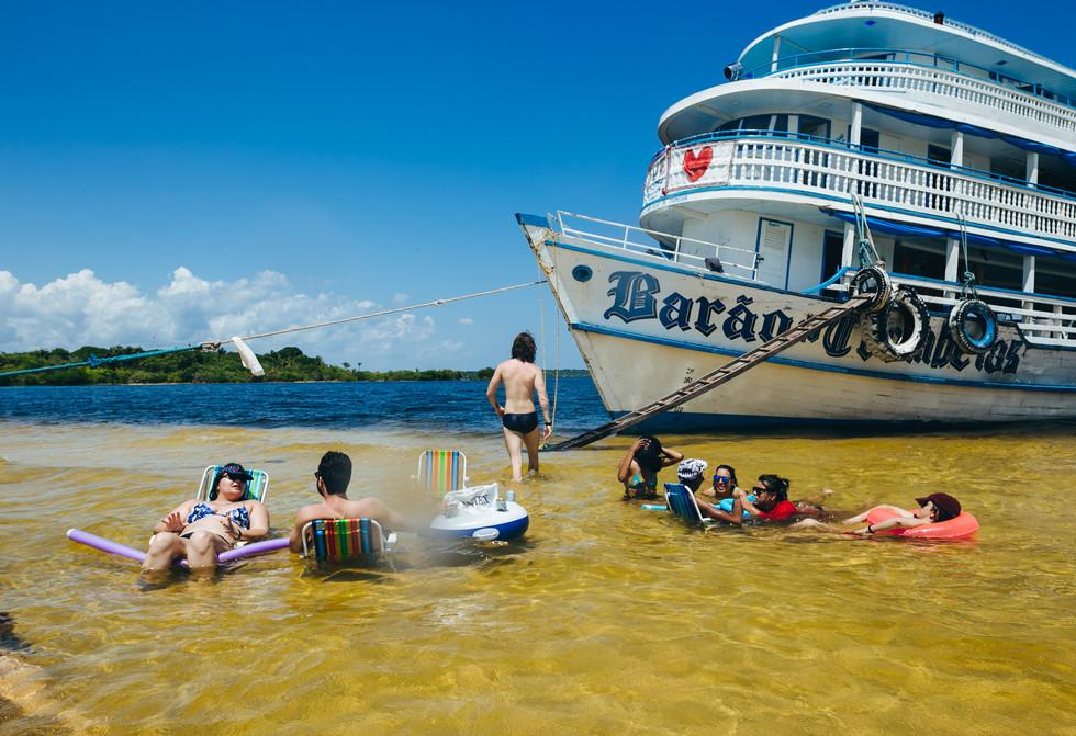 Chill out no rio de água cristalina. Foto de Felipe Gabriel