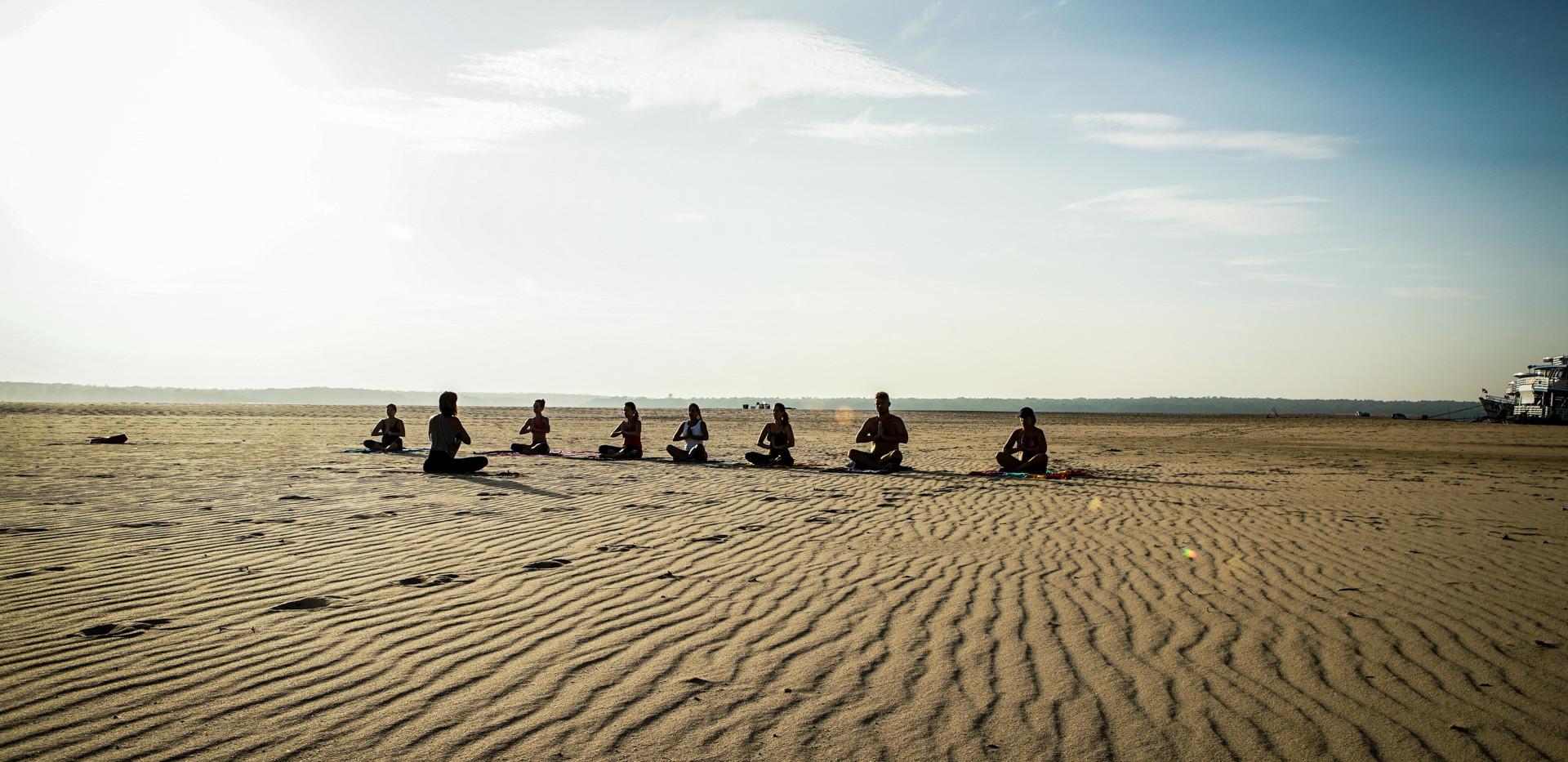 Aulas de yoga nos paraísos. Foto de Davi Boarato