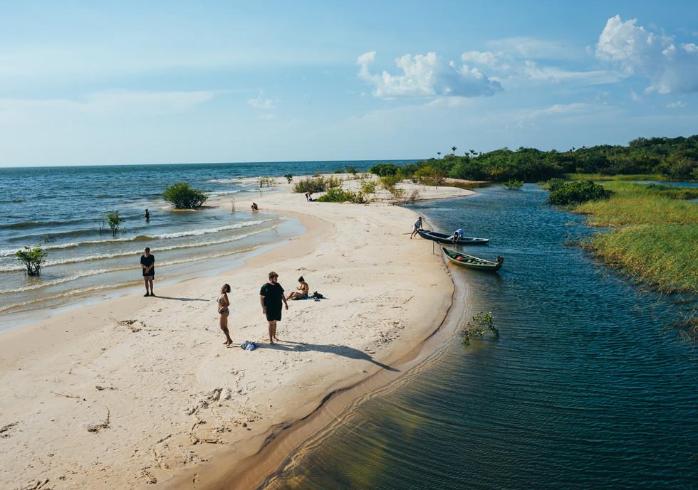 Igarapé e praia, na Flona.