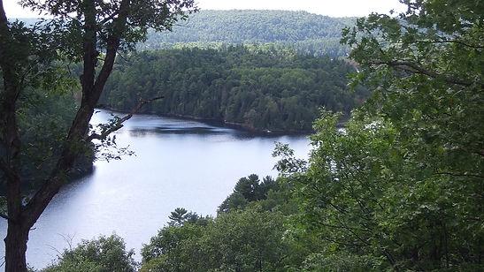 Vue sur le Lac Mac Grégor depuis Cascadia
