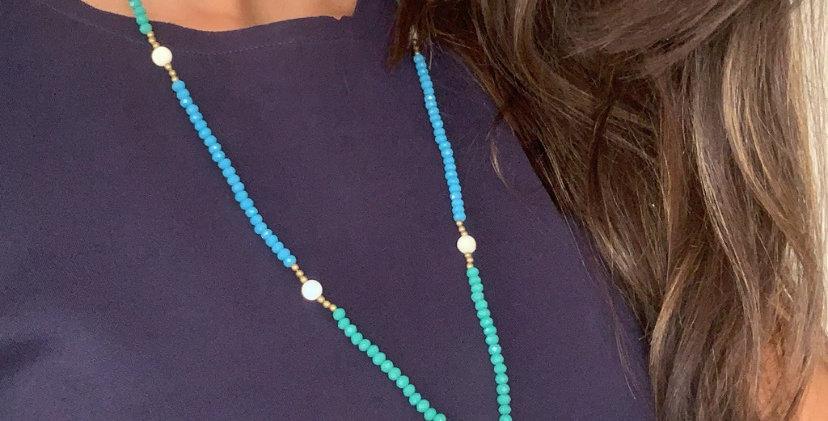 Colar longo cristal verde e azul com gota de madrepérola