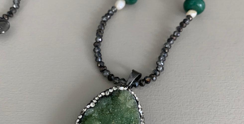 Colar longo pedra quartos verde e cristais