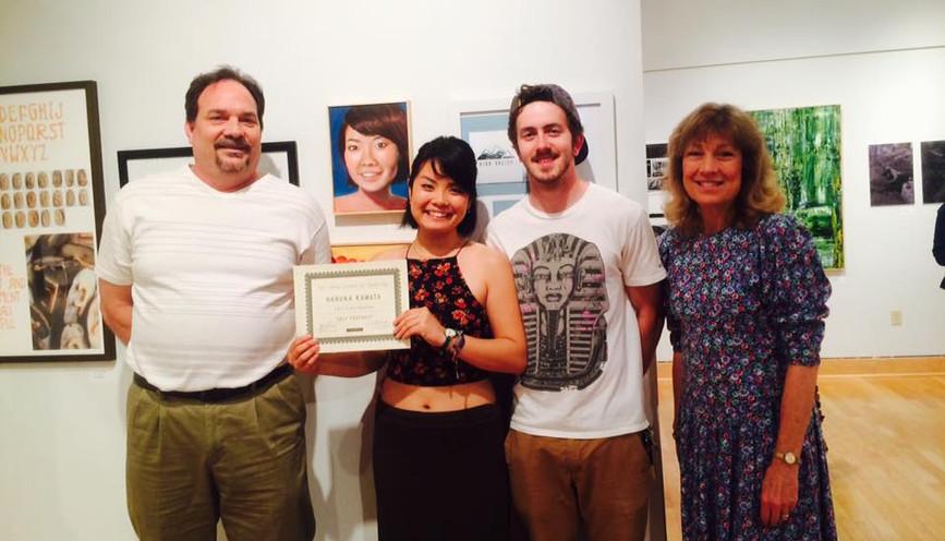 大学で自画像が絵画1位を受賞した時。ホストファミリーも来てくれました。