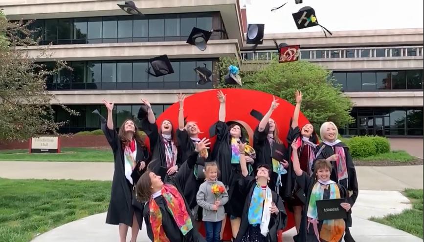 大学院卒業式 大好きな友達と恒例の帽子投げ