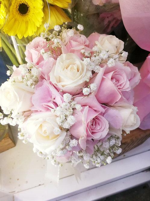 12 white & pink rose posy