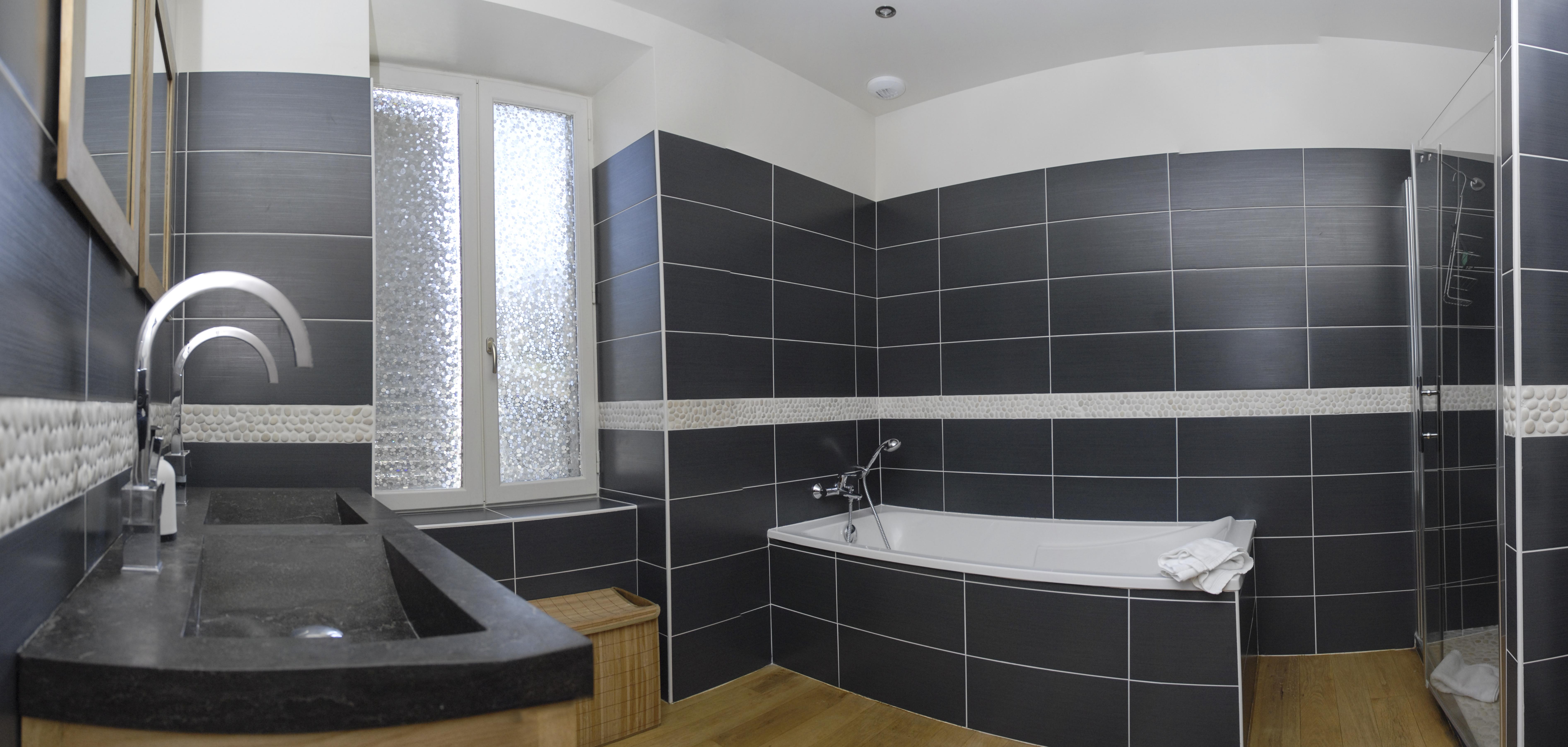 Salle_de_bain_commune_étage_1.1