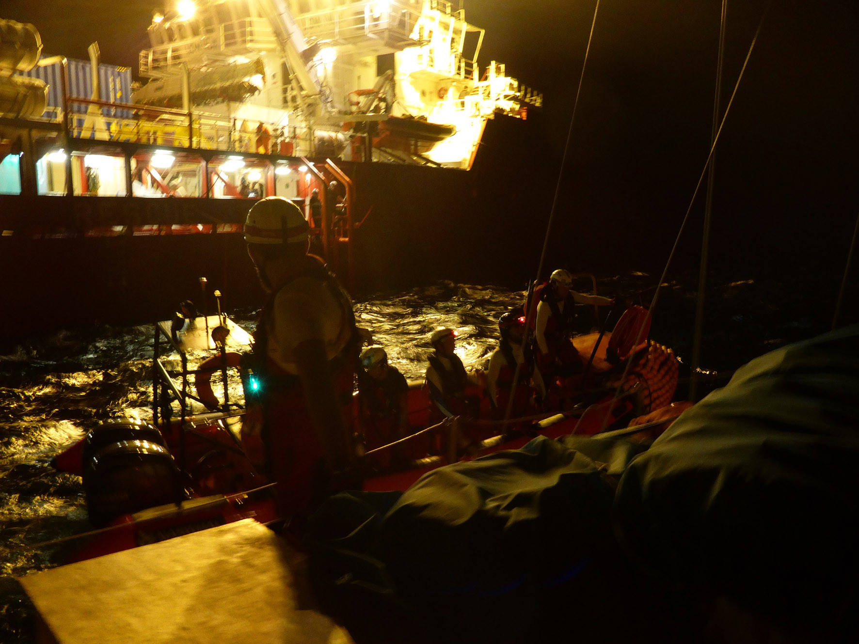 Übergabe an Ocean Viking