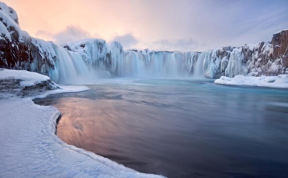 La cascade Goðafoss en hiver