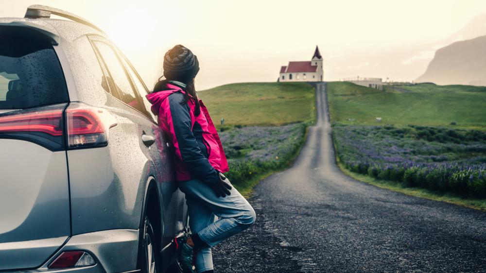 Paysage islandais et voiture de location