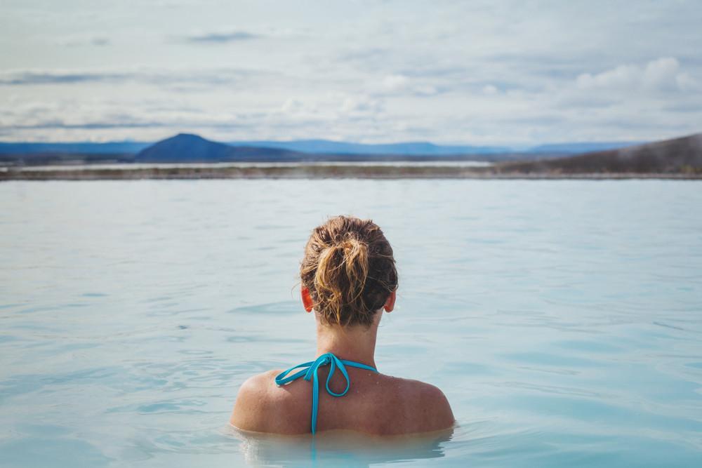 Femme se baignant à Myvatn