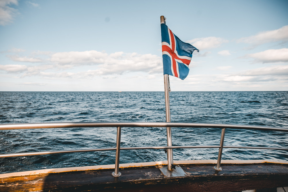 Drapeau islandais flottant sur un bateau -monnaie islandaise