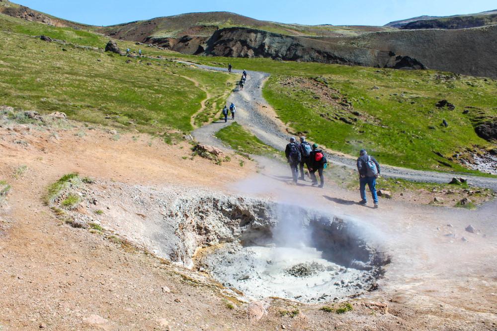 Randonneurs dans la vallée de Reykjadalur en Islande