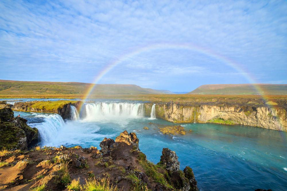 La cascade Goðafoss en été avec un arc-en-ciel