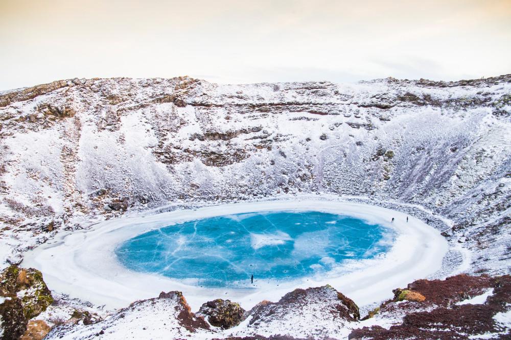 Le cratère de Kerid en Islande en hiver