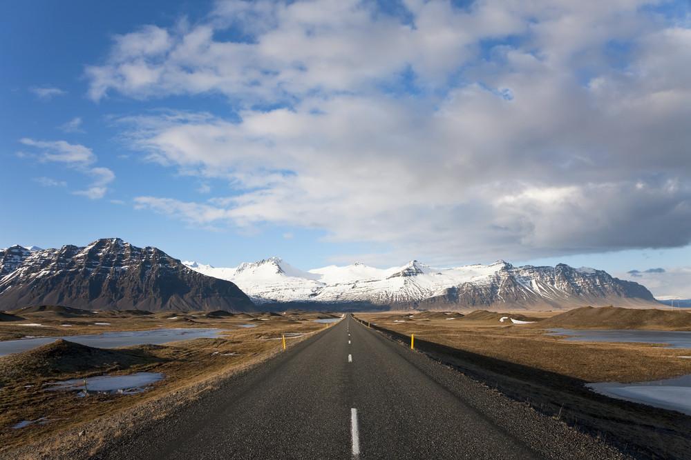 Route avec montagne enneigée en Islande