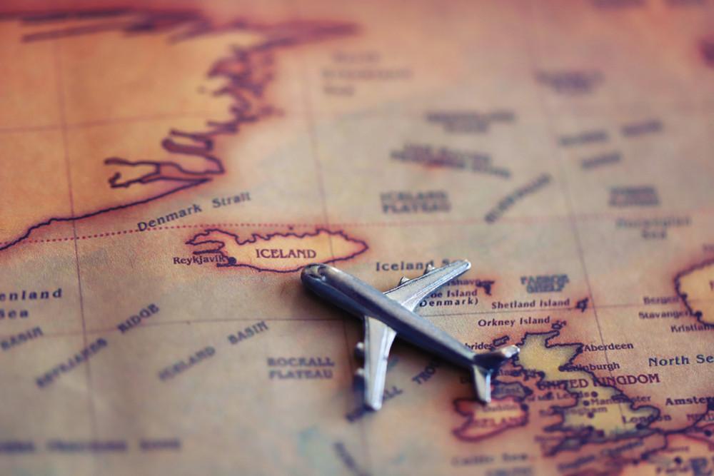 Avion et carte d'Islande - Comment voyager à petit prix en Islande