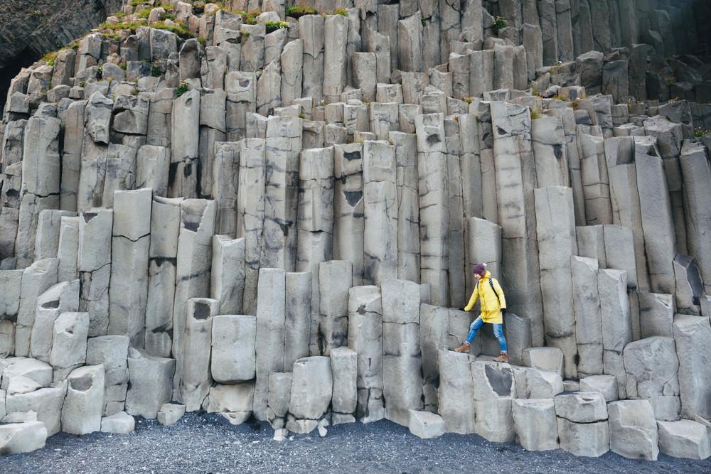 Colonnes de basalte sur la plage de sable noir de Renisfjara