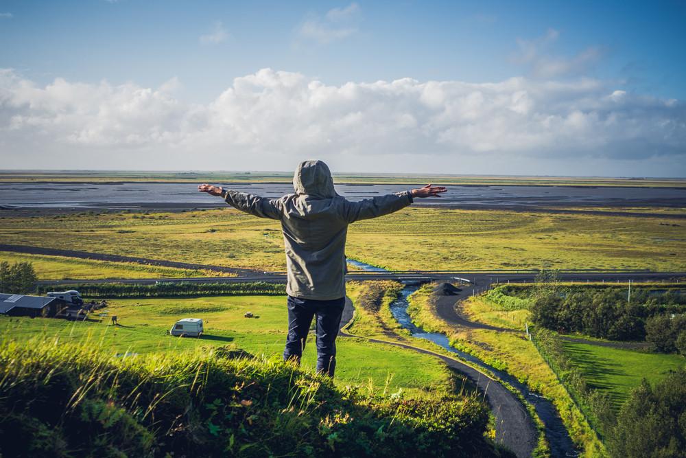 Personne profitant du soleil d'été en Islande