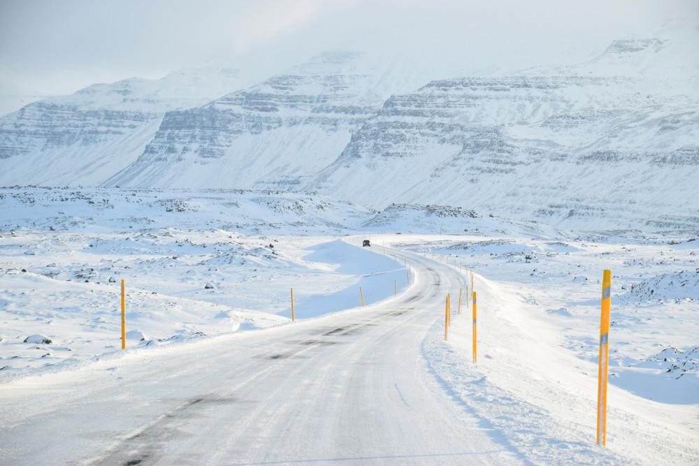Route d'hiver enneigée en Islande