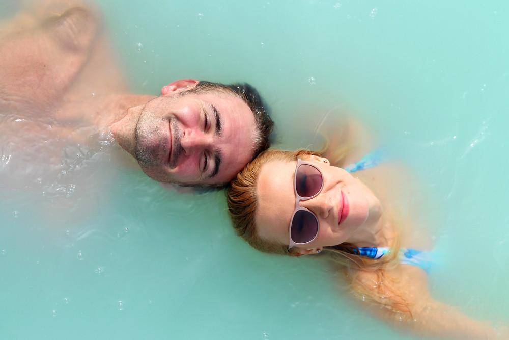Couple se baigne au blue lagoon (lagon bleu)
