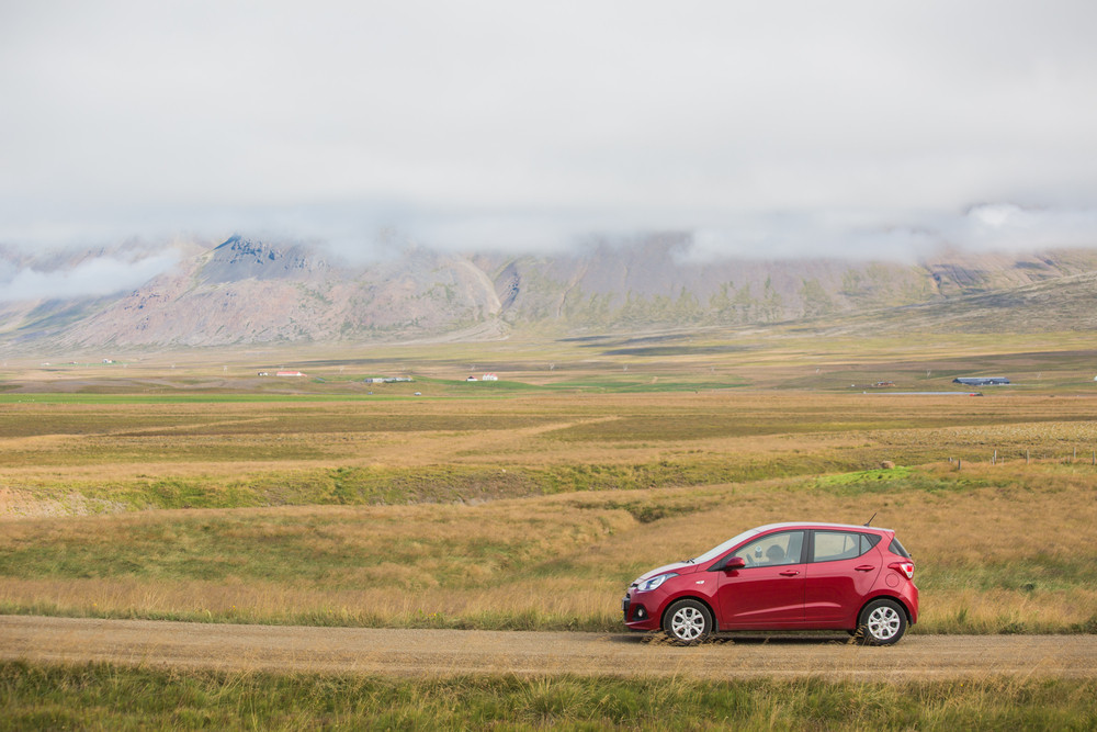 Voiture citadine de location surpaysage islandais