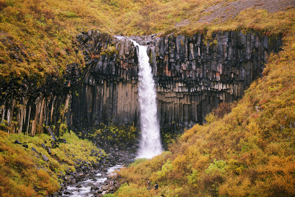 La cascade Svartifoss en automne
