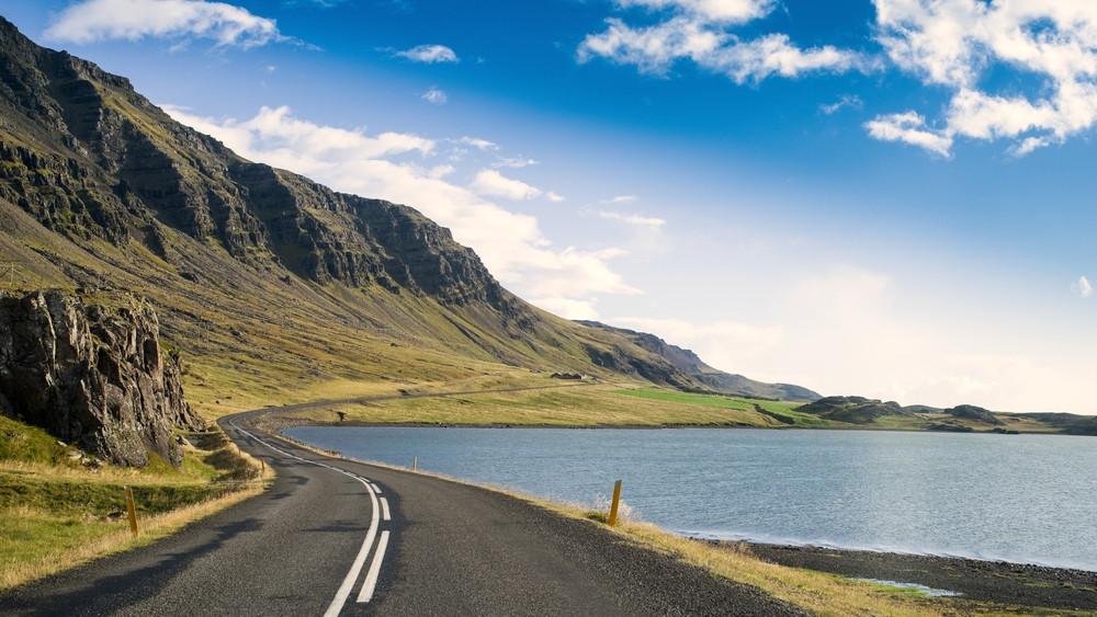 Route numéro 1 Islande entourée de mer et de montagne