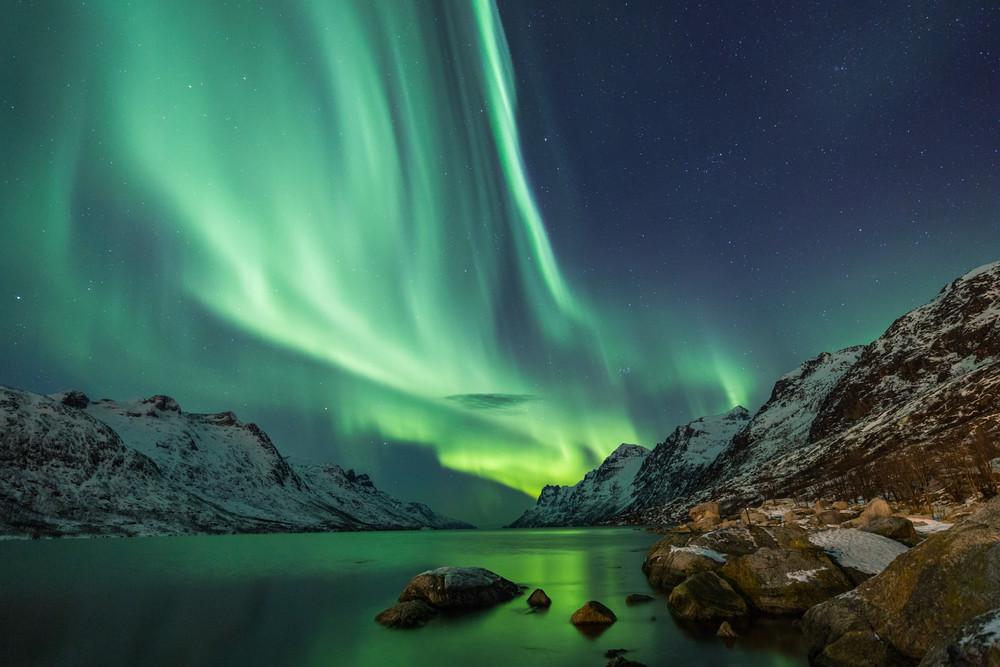 Aurores boréales en Islande et reflet dans l'eau