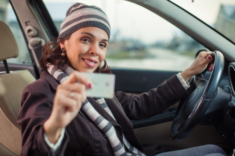 Femme voyageant en Islande avec son permis de conduire