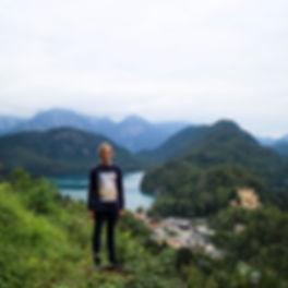 What a world we live in 🙌🏻 🌍 #neuschwanstein #germany #bavaria #alps #travel #europe #mountains #