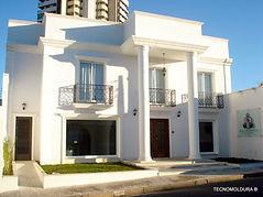 Casa com uso de moldura externa feita sob medida