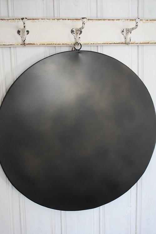 svart bricka med hänge