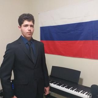 Pedro_Hill_com_seu_piano_Rússia.jpg
