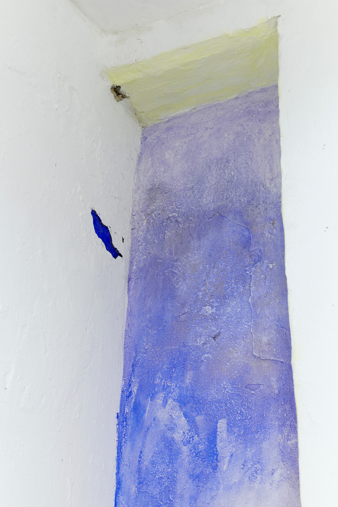 site specific intervention, dimensions variable, pigment and médium on wall, 2018 (detail)