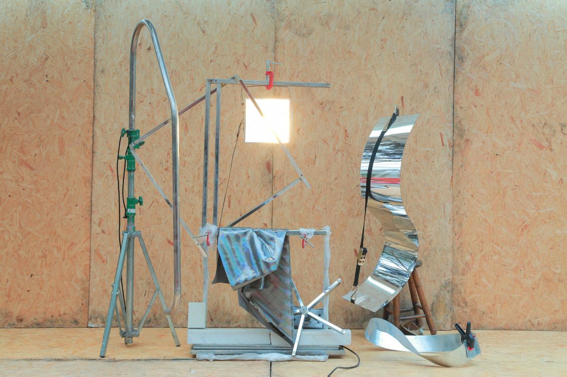 Altar, 2014 | Tripé, barra de piscina, bases de mesa, luminária de jardim, base de cadeira, mármore, tecido, espelho, catraca, banoo, alumínio Dimensões aproximadas | 200 x 350 x 150 cm