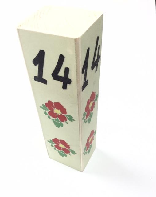 מספרי שולחן מעץ
