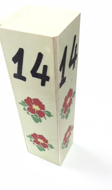 מספר שולחן מעץ עם הטבעה