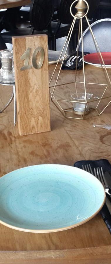 מספרי שולחן עץ ומתכת