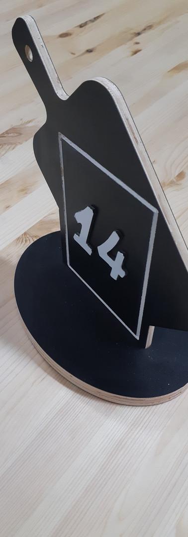 מספר שולחן עם חריטה