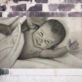 Renkli Kağıda Gülen Bebek Portresi