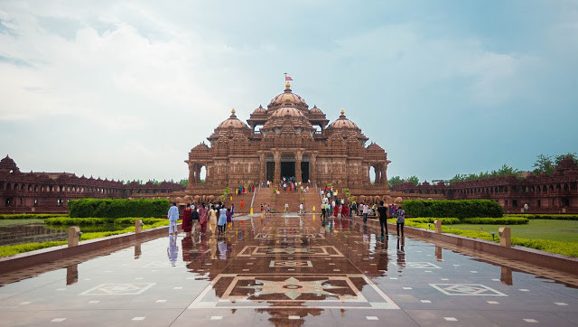 This image has an empty alt attribute; its file name is akshardham_new-delhi_rain-001.jpg