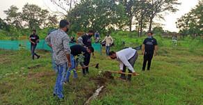 COVID-19: सोशल डिस्टैंसिंग के साथ गंगा में फँसे कूड़े से सजाये जा रहे शौर्य व स्मृति वन