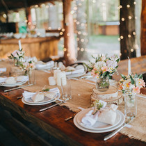table theme montagne dans un refuge