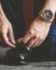 L'homme avec Montre lacer ses chaussures